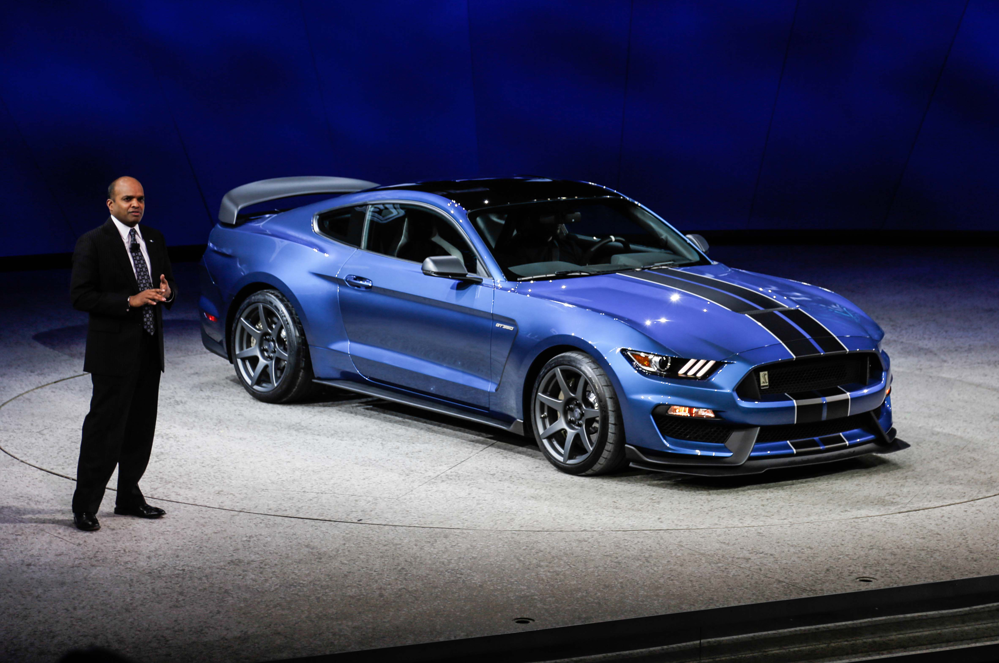 ford-shelby-gt350r-mustang-front-three-quarter-debut
