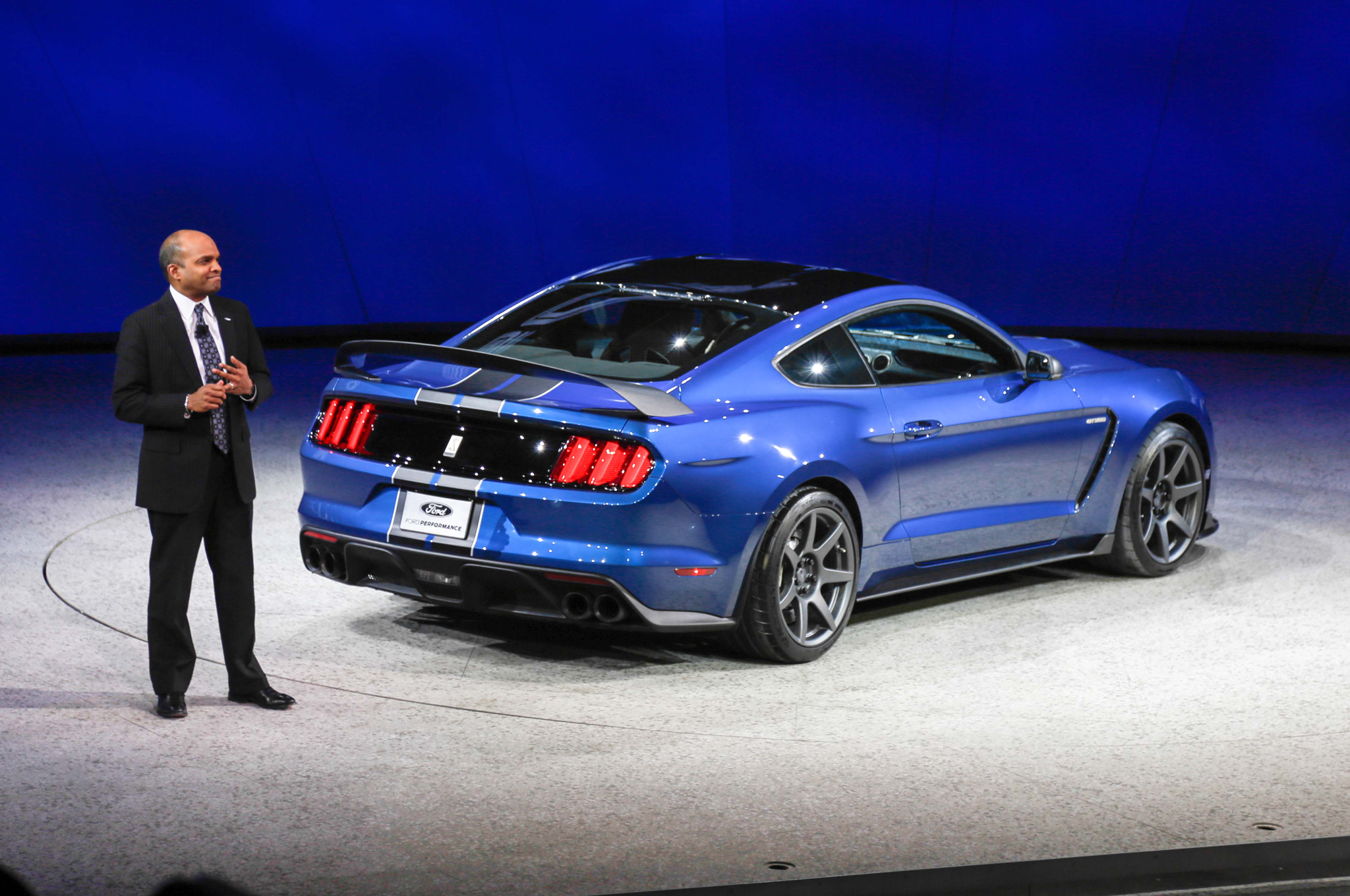 ford-shelby-gt350r-mustang-rear-three-quarters