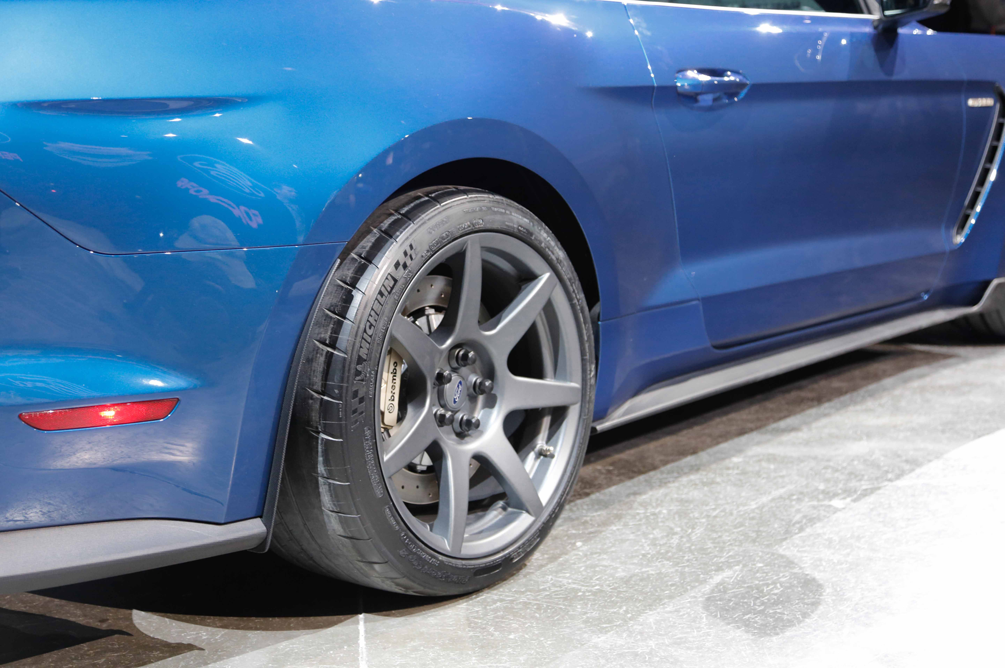 ford-shelby-gt350r-mustang-rear-wheels